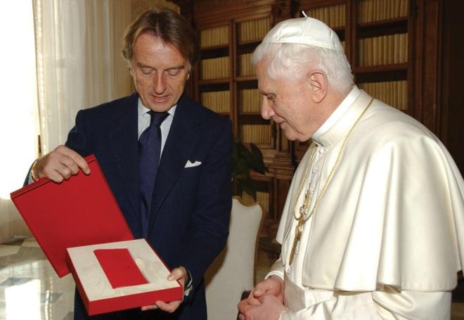 Toàn bộ tiền bán chiếc Enzo được chuyển cho Giáo hoàng Benedict XVI để đưa vào quỹ từ thiện.